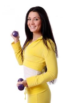 Souriante jeune fille faisant des exercices de fitness