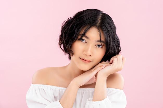 Souriante jeune jolie femme asiatique avec une coiffure courte coréenne