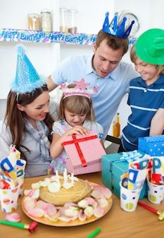 Souriante petite fille fête son anniversaire