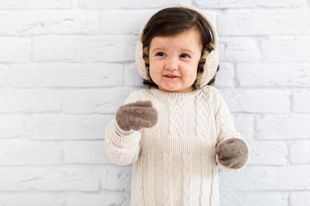 Souriante petite fille hiver habillée