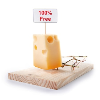 Souricière avec signe de fromage gratuit isolé sur blanc, concept de piégeage