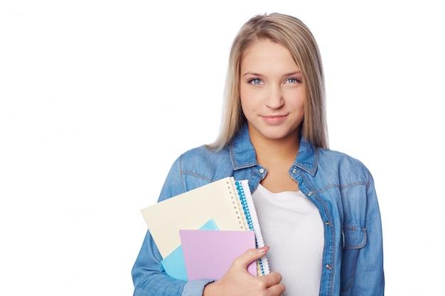 Sourire adolescente tenant ses ordinateurs portables