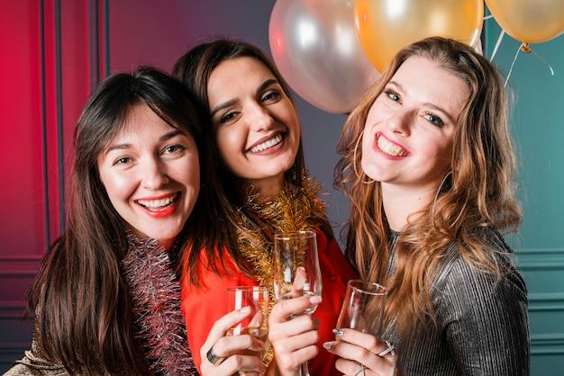 Sourire des amis à une fête du nouvel an