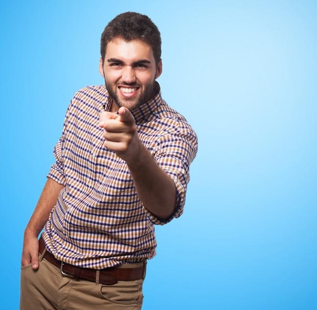 Sourire arabe homme pointant vers la caméra