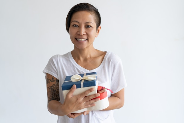 Sourire asiatique femme tenant deux boîtes-cadeaux