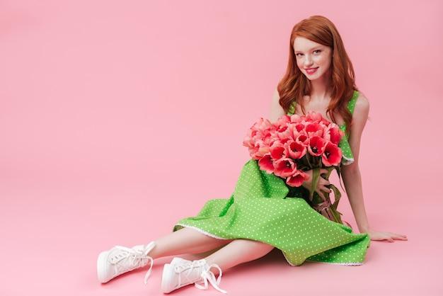 Sourire, beauté, femme, séance, plancher, bouquet, fleurs