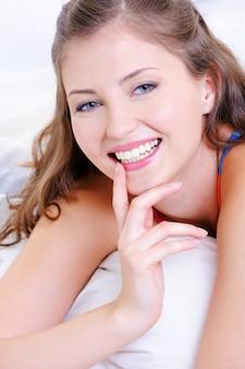 Sourire de beauté de jeune fille heureuse fraîche