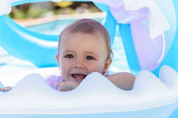 Sourire bébé fille en char