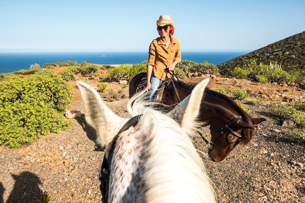 Sourire belle dame aux cheveux roux jeune monter à cheval