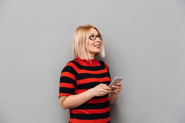 Sourire, blond, deux âges, femme, chandail, lunettes, tenue, smartphone