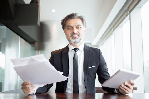 Sourire business man holding tablette et documents