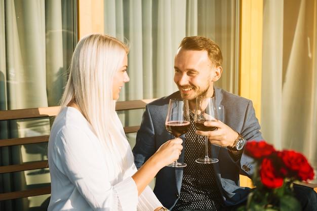 Sourire charmant couple griller du vin rouge