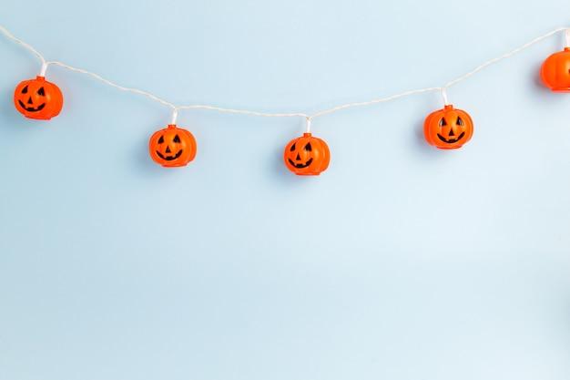 Sourire de citrouille d'halloween sur fond bleu clair