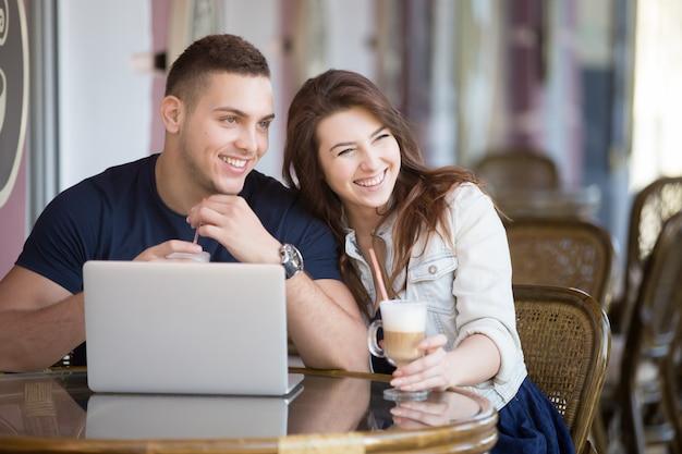 Sourire, couple, boire un café