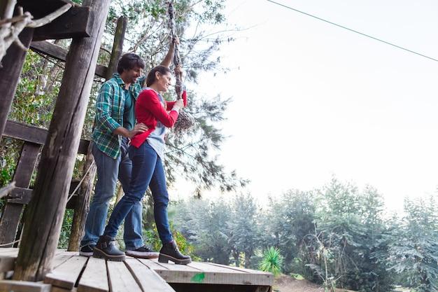 Sourire couple dans un parc d'aventure