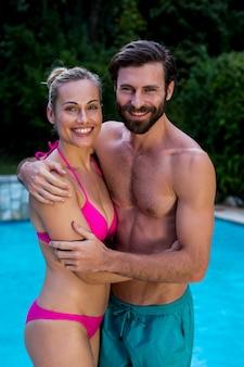 Sourire, couple, debout, contre, piscine