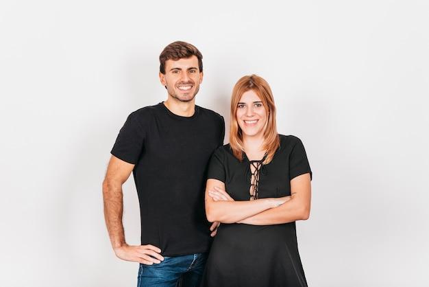 Sourire couple souriant et debout sur fond blanc