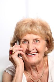 A, sourire, dame âgée, parler téléphone, sur, fond blanc