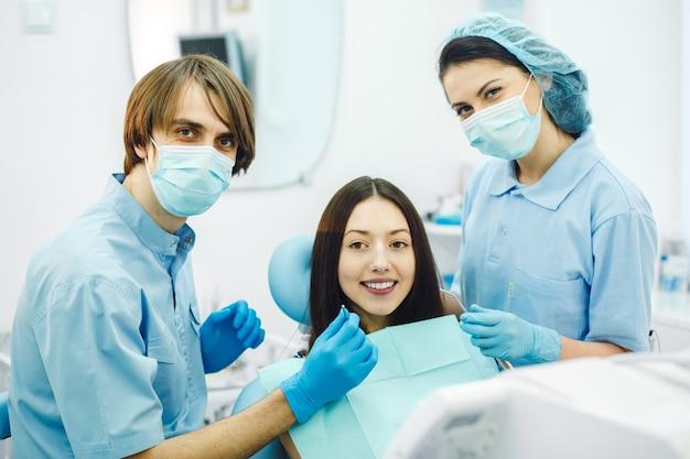 Sourire dentistes avant de vérifier le patient