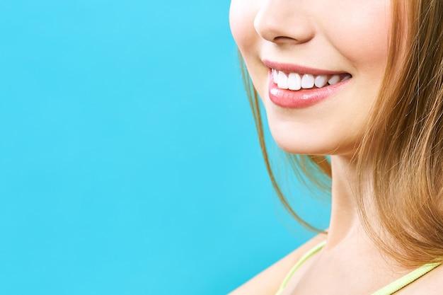 Sourire de dents saines parfaites d'une jeune femme. blanchissement dentaire.