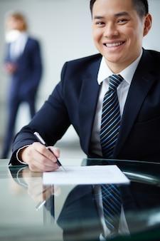 Sourire employé de signer le contrat
