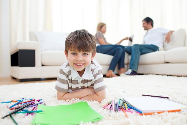 Sourire d'enfant dessin allongé sur le sol