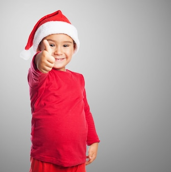 Sourire enfant avec le pouce en place