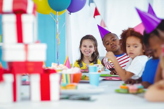 Sourire d'enfants lors d'une fête d'anniversaire