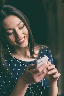Sourire étudiant d'envoyer un message