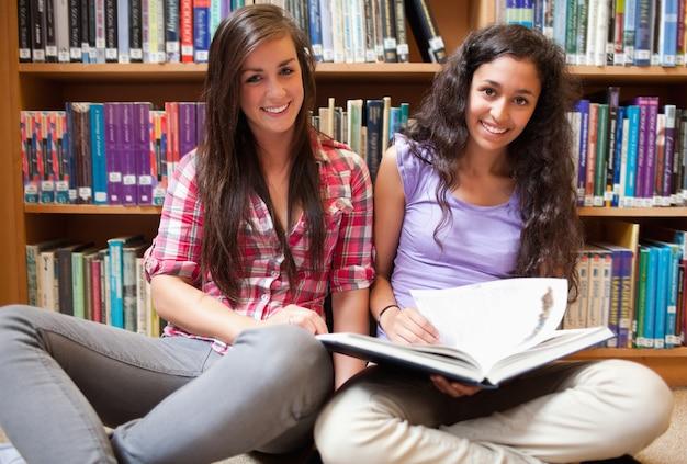 Sourire des étudiantes avec un livre