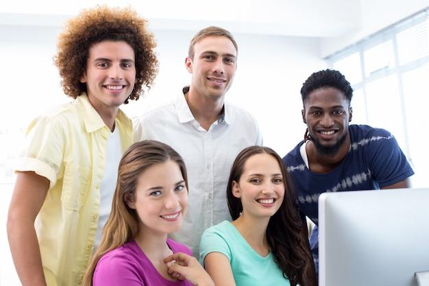 Sourire des étudiants en cours d'informatique