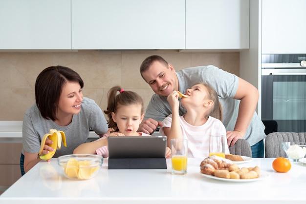 Sourire, famille, dîner, ensemble, table cuisine, et, amusant, parents, à, deux filles