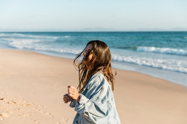 Sourire femelle rire au bord de la mer au soleil