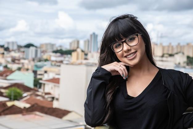 Sourire de femme d'affaires au sommet d'un bâtiment.