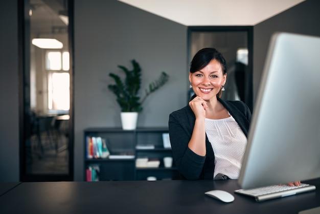 Sourire de femme d'affaires au travail.