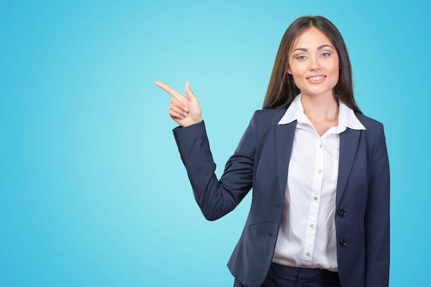 Sourire, femme affaires, montrer, doigts