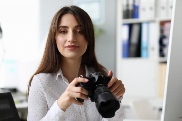 Sourire, femme affaires, prendre, photographie