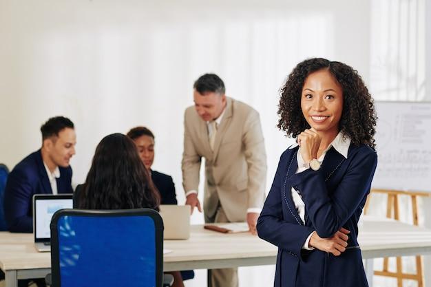 Sourire de femme d'affaires prospère