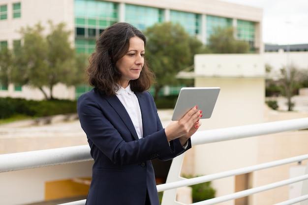 Sourire, femme affaires, utilisation, tablette, informatique
