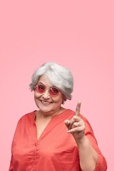 Sourire, femme aînée, pointage haut