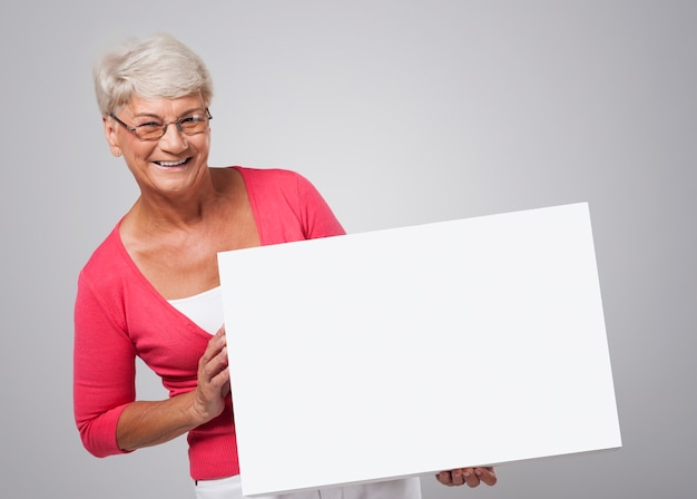 Sourire, femme aînée, tenue, tableau blanc