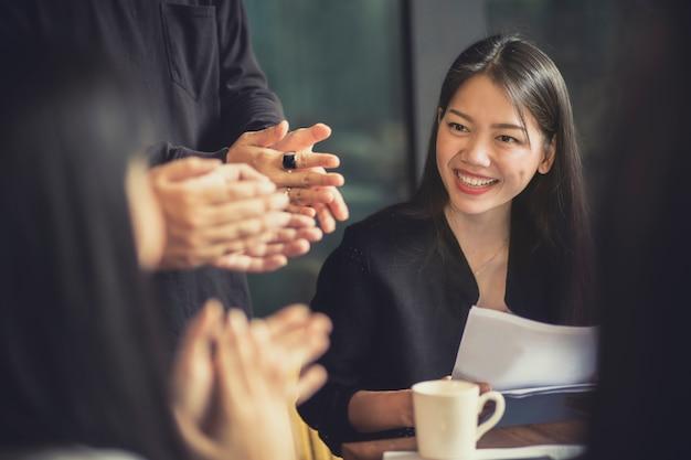 Sourire de femme asiatique attrayante travaillant dans la salle de réunion de bureau