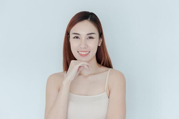 Sourire de femme asiatique en bonne santé. fille mignonne heureuse