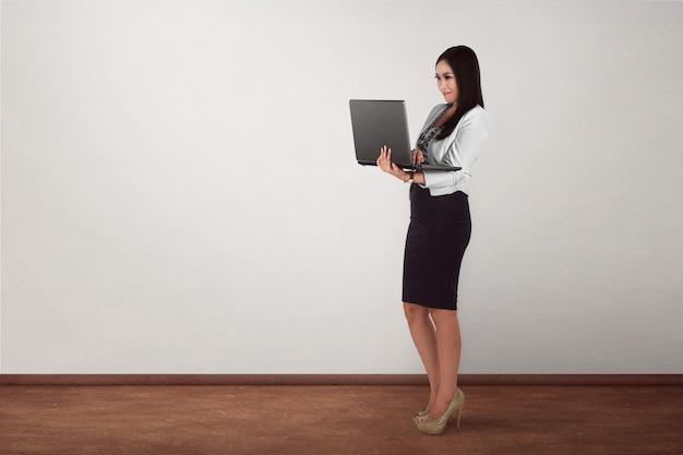 Sourire, femme asiatique, tenue, ordinateur portable, debout