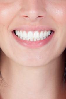 Sourire femme bouche avec de grandes dents