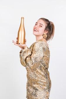 Sourire femme bouteille montante de vin mousseux