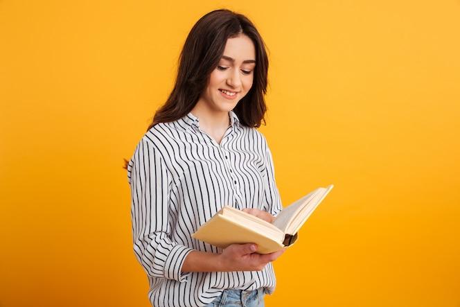 sourire, femme brune, dans, chemise, livre lecture
