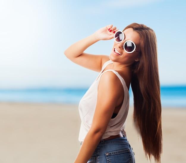 Sourire, femme, lunettes de soleil sur la plage