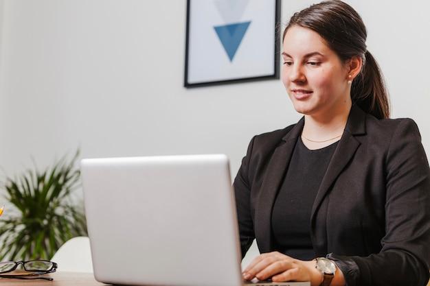 Sourire, femme, ordinateur portable, bureau