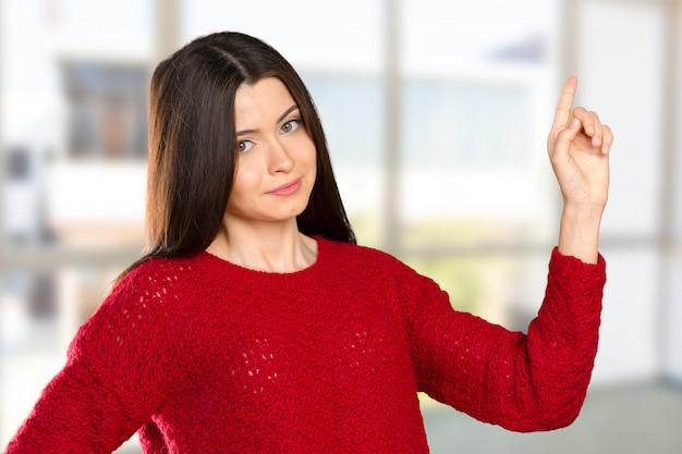 Sourire, femme, pointant doigt